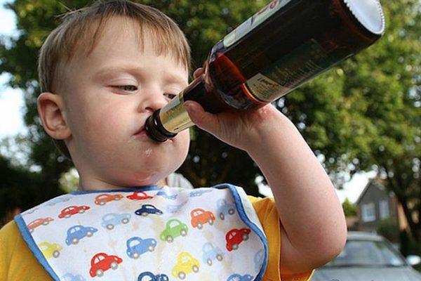 школьник пьет водку